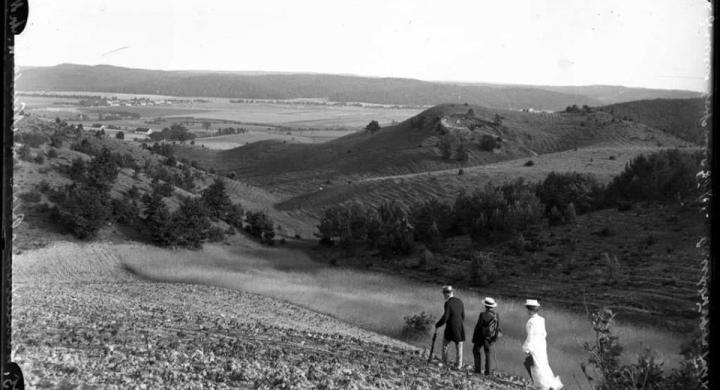 Fot. Augustyn Ziemens, widok na dolinę rzeki Redy i wieś Śmiechowo od strony Kąpina, 1905 rok, © Muzeum Piśmiennictwa i Muzyki Kaszubsko-Pomorskiej w Wejherowie